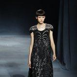 Modelo con un vestido largo negro de la colección primavera/verano 2019 de Givenchy