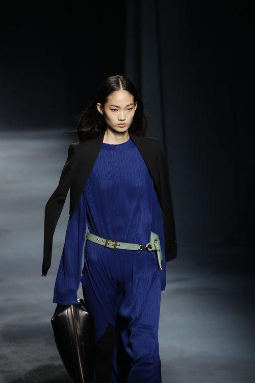 Modelo con un vestido fluido en color azul de la colección primavera/verano 2019