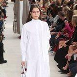 Modelo con un vestido blanco de la colección primavera/verano 2019 de Valentino presentado en Paris Fashion Week