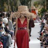 Modelo con un vestido rojo de la colección primavera/verano 2019 de Valentino presentada en Paris Fashion Week