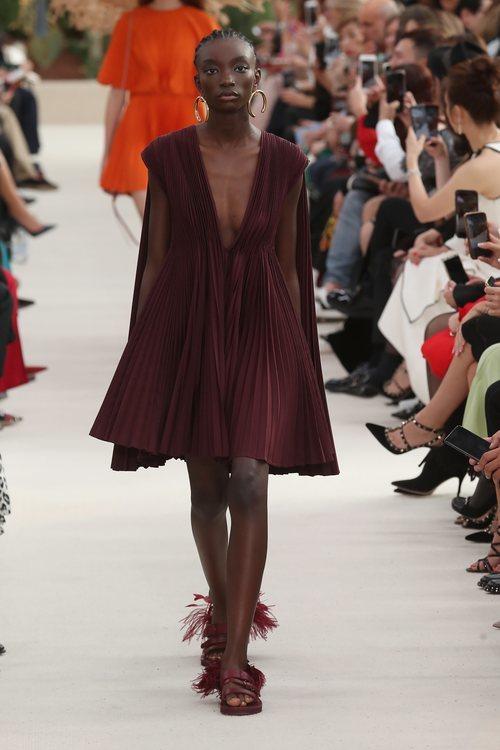 Modelo con un vestido corto marrón  de la colección primavera/verano 2019 de Valentino presentada en Paris Fashion Week