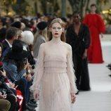 Modelo con un vestido de tul  de la colección primavera/verano 2019 de Valentino presentada en Paris Fashion Week