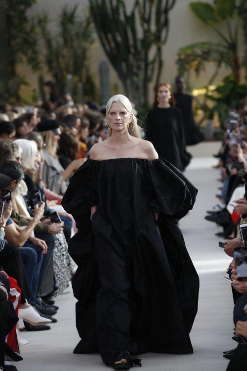 Modelo con un vestido negro de la colección primavera/verano 2019 de Valentino presentada en Paris Fashion Week