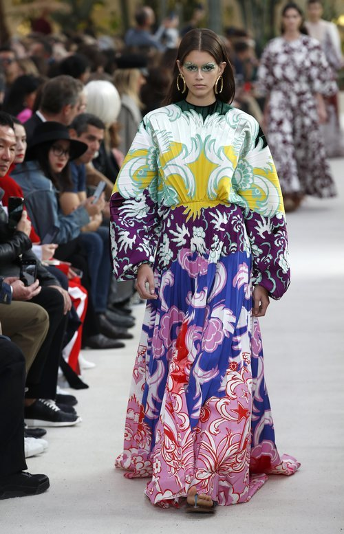 Modelo con un vestido largo estampado  de la colección primavera/verano 2019 de Valentino presentada en Paris Fashion Week