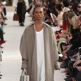 Modelo con una gabardina de la colección primavera/verano 2019 de Valentino presentada en Paris Fashion Week