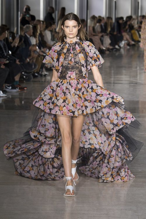 Vestido asimétrico de Giambattista Valli primavera/verano 2019 en la Paris Fashion Week