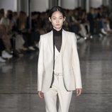 Traje de chaqueta blanco de Giambattista Valli primavera/verano 2019 en la Paris Fashion Week