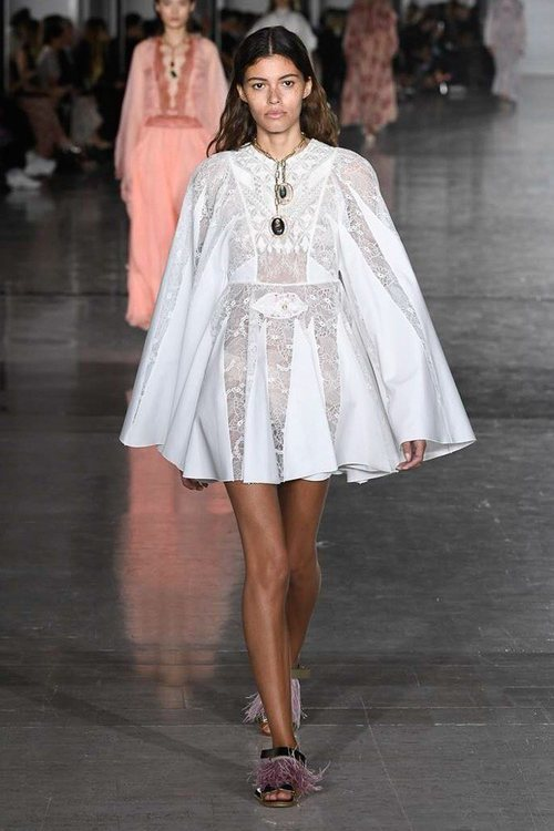 Vestido corto color blanco de Giambattista Valli primavera/verano 2019 en la Paris Fashion Week