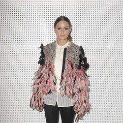 Olivia Palermo con una chaqueta de plumas en la Paris Fashion Week
