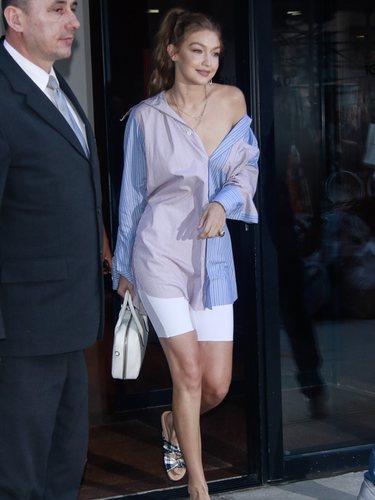 Gigi Hadid con camisa oversize y mallas de ciclista