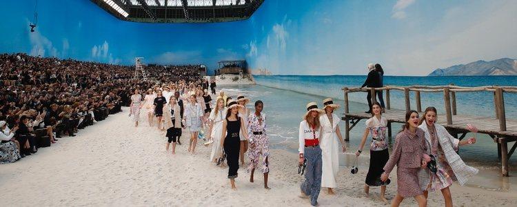 Modelos desfilando para Chanel primavera/verano 2019 en la Paris Fashion Week