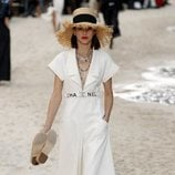Vestido blanco de Chanel primavera/verano 2019 en la Paris Fashion Week