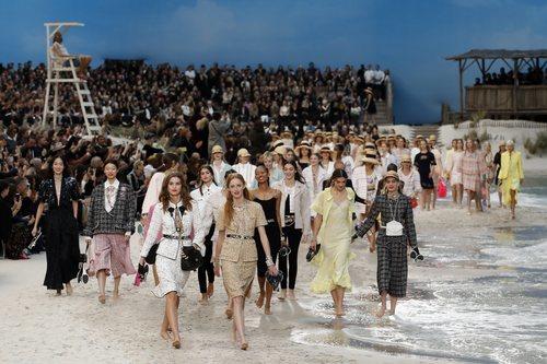 Carrusel de modelos al finalizar el desfile primavera/verano 2019 de Chanel en la Paris Fashion Week