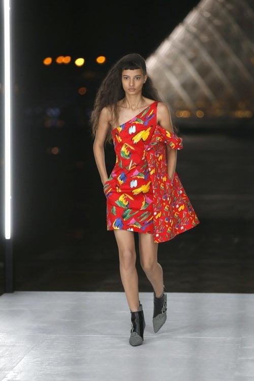 Vestido estampado de Louis Vuitton primavera/verano 2019 en la Paris Fashion Week