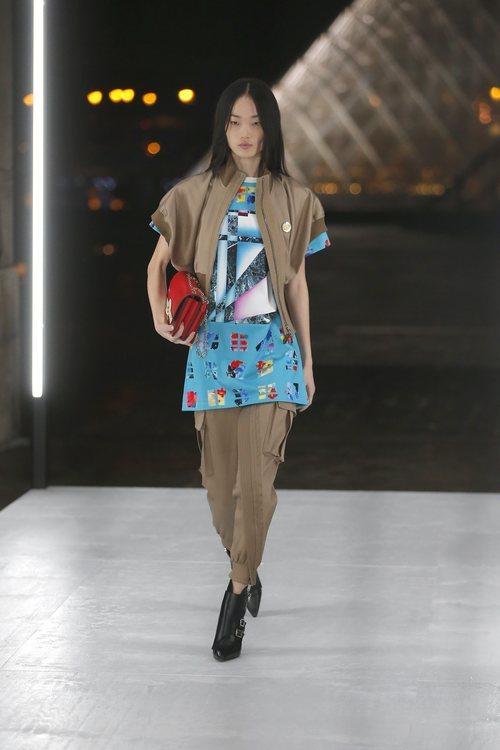 Camisa azul de Louis Vuitton primavera/verano 2019 en la Paris Fashion Week