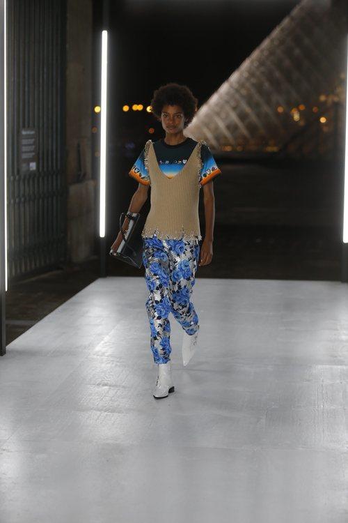 Pantalón estampado con glitter de Louis Vuitton primavera/verano 2019 en la Paris Fashion Week