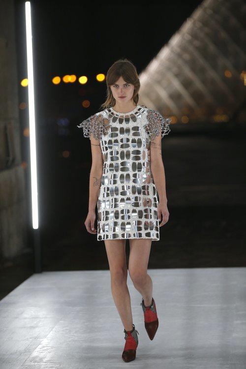 Vestido metalizado de Louis Vuitton primavera/verano 2019 en la Paris Fashion Week