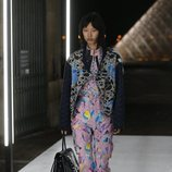 Pantalón y camisa estampado de Louis Vuitton primavera/verano 2019 en la Paris Fashion Week