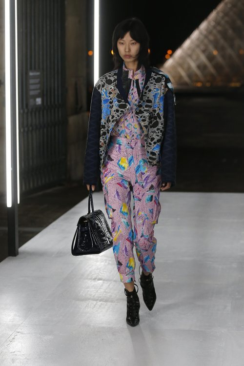 Pantalón y camisa estampado de Louis Vuitton primavera/verano 2019 en la Paris Fashion Week