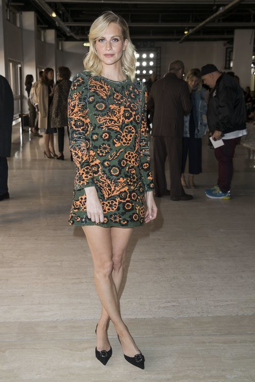 Poppy Delevingne con un mini vestido estampado en la Paris Fashion Week