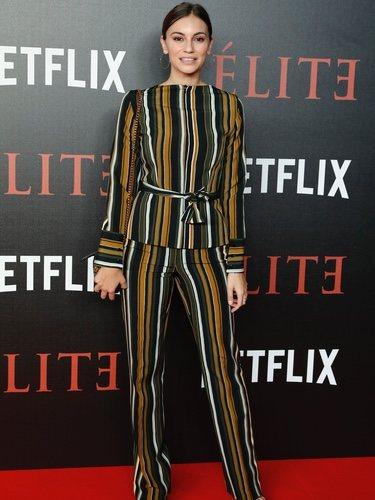 Norma Ruiz con un look a rayas en el estreno de la serie 'Élite'