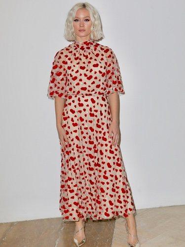Zara Larsson con un vestido estampado en la Semana de la Moda de París