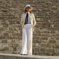 Melania Trump visita Egipto con un look irreconocible