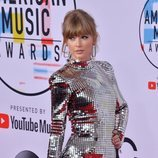 Taylor Swift con su look electrico en los American Music Awards