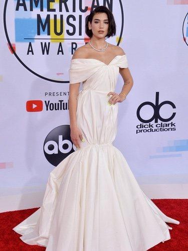 Dua Lipa vestida de Giambattista Valli en los American Music Awards 2018