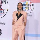 Tracee Ellis Ross con un look oversize en los American Music Awards