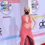 Poppy con un vestido rosa en los American Music Awards 2018