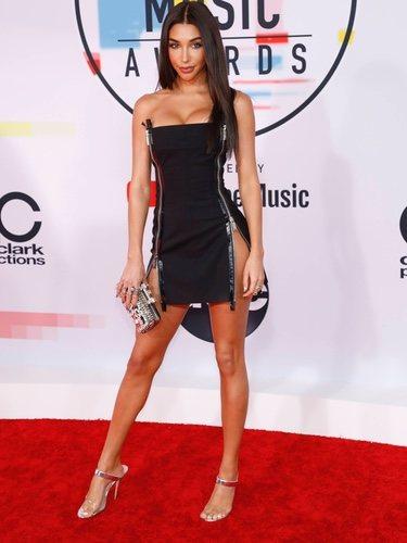 Chantel Jeffries con un mini vestido negro en los American Music Awards 2018