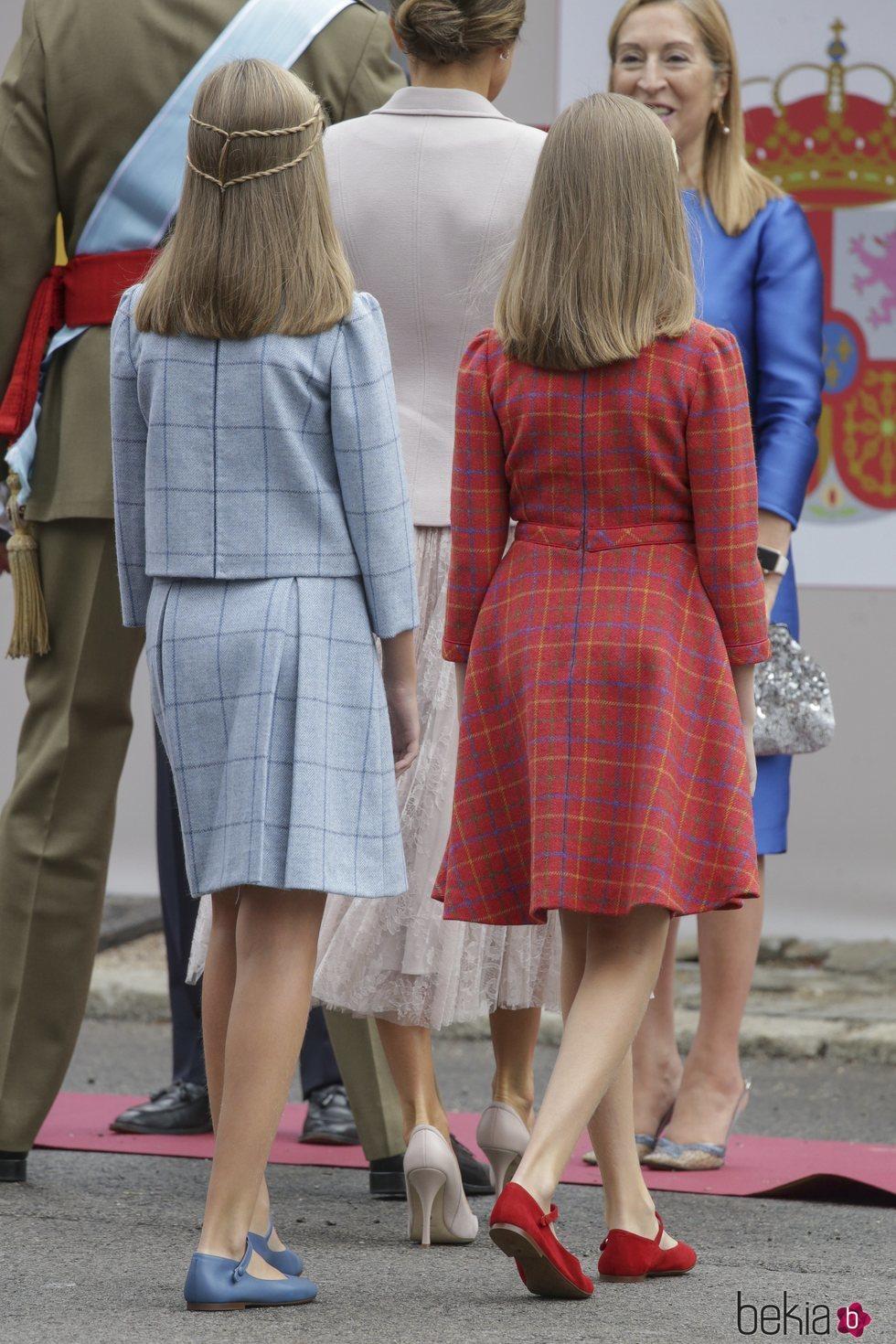 De Leonor Sofía Por Princesa El La Infanta Los Y Detrás Vestidos GMpUzqSV