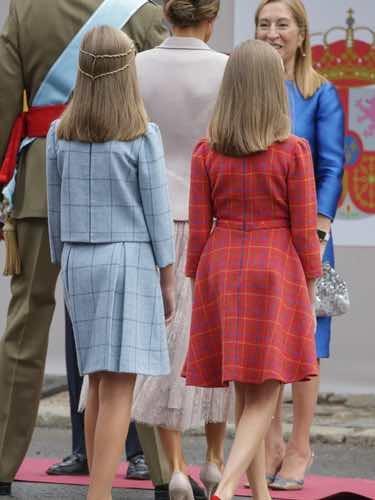 Los vestidos de la Princesa Leonor y la Infanta Sofía por detrás el Día de la Hispanidad 2018