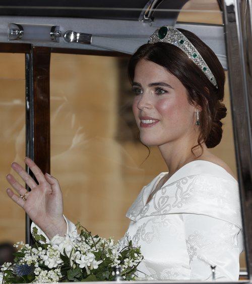 Princesa Eugenia de York saludando el día de su boda con una diadema de esmeraldas 2018