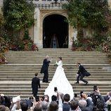 Parte trasera el vestido de la Princesa Eugenia de York mostrando la larga cola 2018