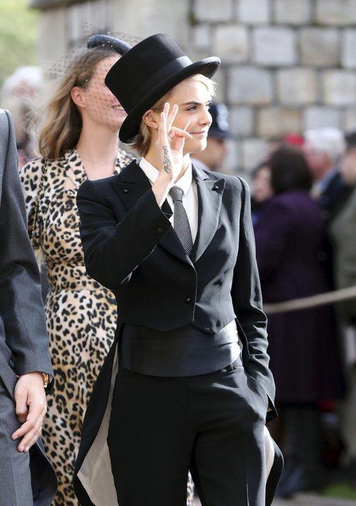 Cara Delevigne con un esmoquin negro en la boda de Eugenia de York y Jack Brooksbank 2018