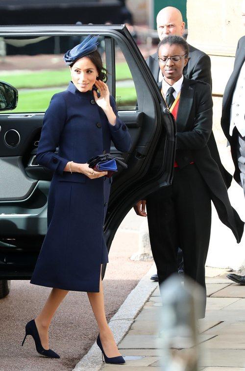 Meghan Markle con un diseño azul marino en la boda de Eugenia de York y Jack Brooksbank 2018