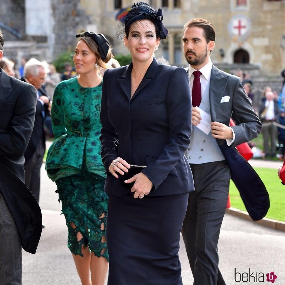 0843863b4 Liv Tyler con un vestido azul marino en la boda de Eugenia de York y Jack
