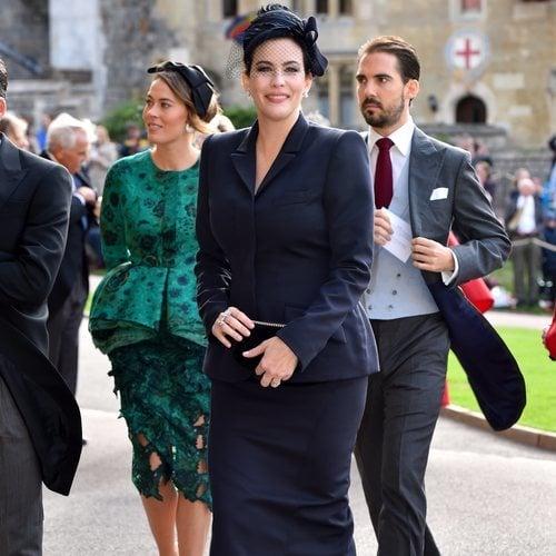 Liv Tyler con un vestido azul marino en la boda de Eugenia de York y Jack Brooksbank 2018