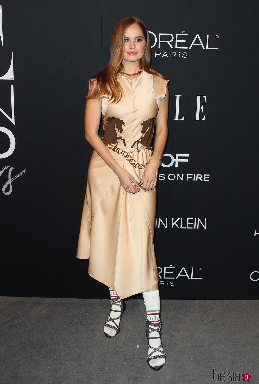 Debby Ryan posa con tacones y calcetines blancos