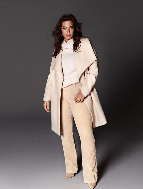 Ashley Graham con un total look beige de la nueva colección de Violeta by Mango