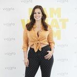 Ashley Graham posando como nueva imagen de Violeta by Mango en la presentación de la colección