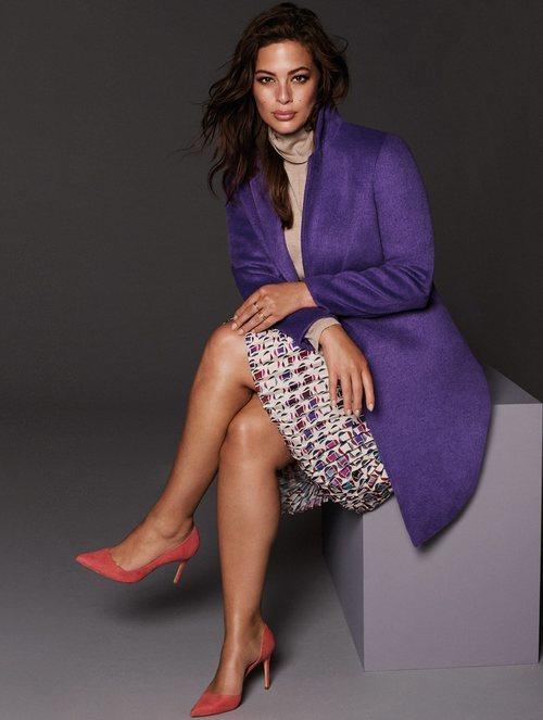 Ashley Graham con un abrigo de paño morado de la nueva colección Violeta by Mango