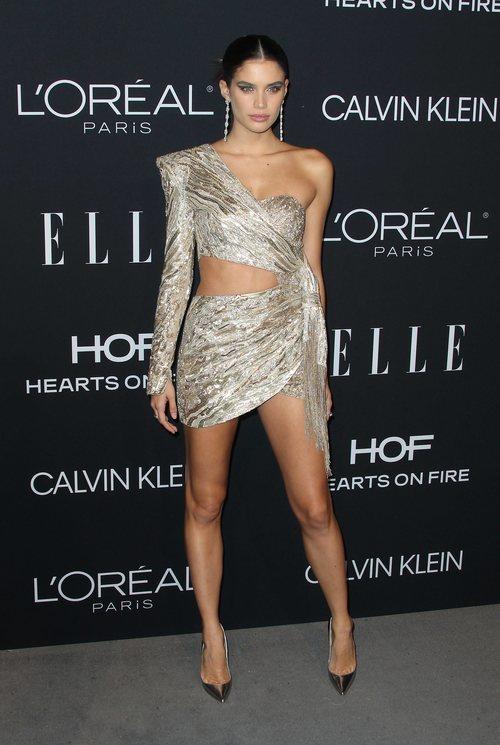 Sara Sampaio brilla con un mini vestido asimétrico