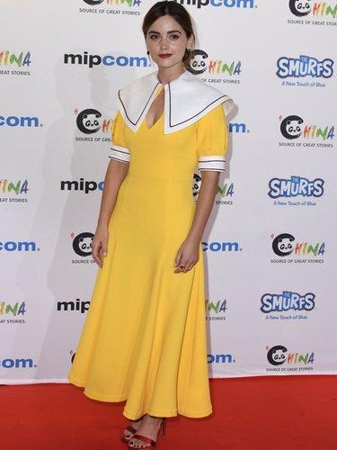 Jenna Coleman con un look amarillo pollo en el evento de Mipcom en Cannes