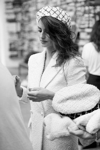 Pénelope Cruz luce una boina y un vestido tweed de la colección Crucero 2018 de Chanel