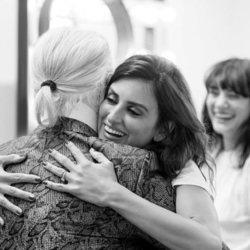 Penélope Cruz abrazada al diseñador de Chanel Karl Lagerfeld