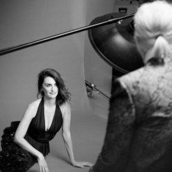 Penélope Cruz posa radiante con un vestido negro de la colección Crucero de Chanel