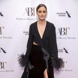 Olivia Palermo posa con un look que mezcla satén y plumas